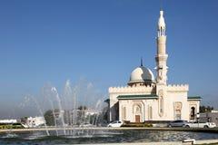 Moské och springbrunn i Sharjah Royaltyfri Foto