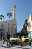 Moské och taxi i Betlehem Arkivbilder