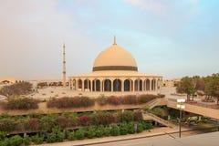 Moské på konungen Fadh Airport i Dammam under sandstorm Arkivfoto