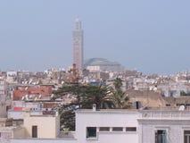 Moské som dominerar horisont i Casablanca, Marocko Royaltyfria Bilder