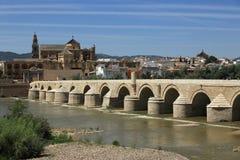 Moskédomkyrka (spanjor: La Mezquita) och romersk bro på den Guadalquivir floden i Cordoba, Spanien, Andalusia region Arkivbilder