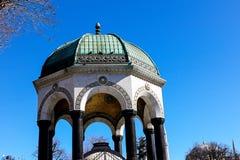 Moskéer och blå himmel Arkivfoto