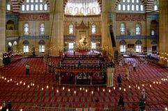 Moskéinterior med lampor i Edirne royaltyfria bilder