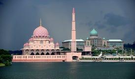 1. Putra moské 2. Perdana Putra byggnad Arkivbild