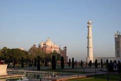 Moskén på Taj Mahal Ett torn av Taj Mahal är synligt Arkivfoton