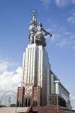 MOSKAU - 12. AUGUST: Berühmte sowjetische Monument Arbeitskraft und Kolkhoz Wo Stockfotos