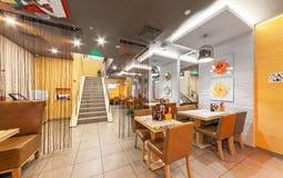 MOSKAU - AUGUST 2014: Der Innenraum der Pan-asiatischen Küche des Kettencafés Stockbild
