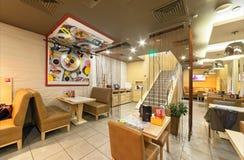 MOSKAU - AUGUST 2014: Der Innenraum der Pan-asiatischen Küche des Kettencafés Stockfotos