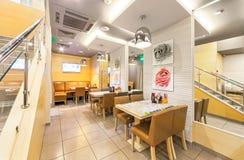MOSKAU - AUGUST 2014: Der Innenraum der Pan-asiatischen Küche des Kettencafés Stockfotografie