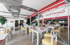 MOSKAU - AUGUST 2014: Innenraum der internationalen italienischen Restaurantausgangskettenküche Stockbild