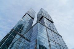 MOSKAU - 21. AUGUST 2016: Vertikale Ansicht, die oben Wolkenkratzern in Moskau-Stadt am 21. August 2016 in Moskau, Russland betra Stockfoto