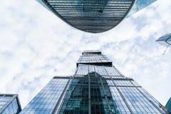MOSKAU - 21. AUGUST 2016: Vertikale Ansicht, die oben Wolkenkratzern in Moskau-Stadt am 21. August 2016 in Moskau, Russland betra Lizenzfreie Stockbilder