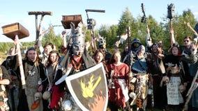 Moskau-Bereich, RUSSLAND - 22. August 2018: Cosplayers, das Warhammer gepanzertes Kriegerscharakterkostüm für das Rolle Spielen R stock video