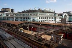 Moskau, das Geb?ude des Bahnhofs Belorussky, im April 2019 Draufsicht des perona Schienen, Z?ge stockfotos