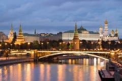 Moskau der Kreml, große Steinbrücke durch Moskau-Fluss am Abend Lizenzfreies Stockbild