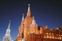 Moskau der Kreml nachts Karminroter Stern ist glänzend Dunkelblauer Himmel Lizenzfreie Stockbilder