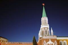Moskau der Kreml nachts Karminroter Stern ist glänzend Dunkelblauer Himmel Lizenzfreies Stockfoto