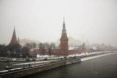 Moskau der Kreml und Los des Eises auf dem Moskva-Fluss im Winter Lizenzfreies Stockbild