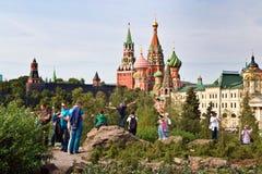 Moskau der Kreml und St.-Basilikum ` s Kathedralenansicht in neues Zaryadye parken, der städtische Park, der nahe Rotem Platz in  stockfoto