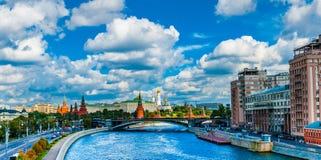 Moskau der Kreml, wie von der Patriarchatbrücke angesehen Stockfotografie