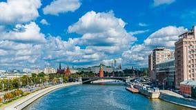 Moskau der Kreml, wie von der Patriarchatbrücke angesehen Stockfotos