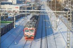 MOSKAU, FEB 01, 2018: Winteransicht über roten Schnee der russischen Eisenbahnen bedeckte Personenzug in der Bewegung auf Schiene Lizenzfreie Stockbilder