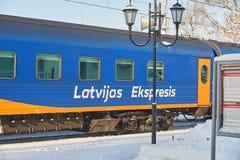 MOSKAU, FEB 01, 2018: Wintertagesansicht über blauen Personenwagenauto Latvian ausdrücklich an Bahnhof Rizhskiy Lettischer blauer stockbilder