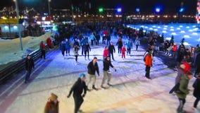 Moskau - Februar 2016: Eisbahn des Winters am Abend, Zeitspanne Russland, Moskau, im Februar 2016 stock footage