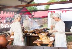 Moskau, Festival von Zeiten und von Epochen am 12. Juni 2019 Frauen in der alten Kleidung in der Küche Historische Rekonstruktion stockfoto