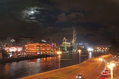 Moskau-Fluss bis zum Nacht Moskau, Russland Lizenzfreie Stockfotos