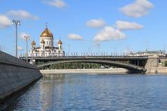 Moskau-Fluss, Brücke Bolshoy Kamenny und die Kathedrale von Christus der Retter in Moskau lizenzfreie stockfotos