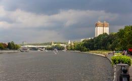 Moskau-Fluss an den Spatzen-Hügeln Stockfotos
