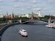 Moskau-Fluss mit Blick auf den Kreml - das Russland lizenzfreie stockfotos