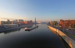 Moskau-Fluss mit Lastkahn Stockfoto