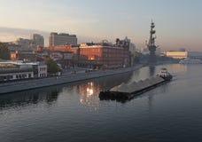 Moskau-Fluss mit Lastkahn Lizenzfreie Stockfotos
