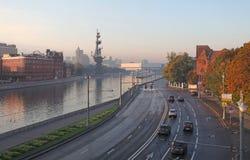 Moskau-Fluss mit Lastkahn Stockbild