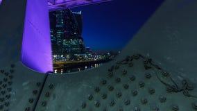 Moskau-Fluss nahe den Wolkenkratzern des Moskva-Stadtbezirkes in der Nacht-timelapse Ansicht unter die Brücke stock video