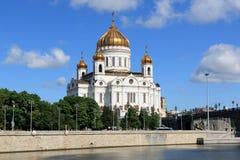Moskau-Fluss, Prechistenskaya-Damm und die Kathedrale von Christus der Retter in Moskau lizenzfreies stockbild