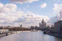 Moskau-Fluss und blauer Himmel lizenzfreie stockfotos