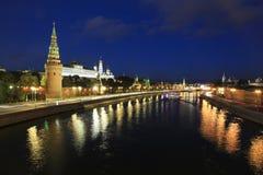 Moskau-Fluss und der Kreml am Abend, Moskau Lizenzfreie Stockbilder