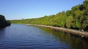 Moskau-Fluss und Fili-Parkdamm stock video footage