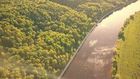 Moskau-Fluss und Fili-Parkdamm an einem sonnigen Tag des Sommers stock video