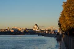 Moskau-Fluss und Kirche von Christus der Retter im Sonnenuntergang Lizenzfreie Stockfotografie