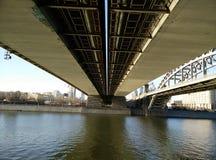 Moskau-Fluss unter Brücke Stockfotografie