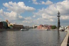 Moskau-Fluss zwischen dem Krim- und Prechistenskaya-Damm Lizenzfreies Stockfoto