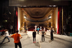 Schauspieler proben am Palast auf Yauza Lizenzfreie Stockbilder