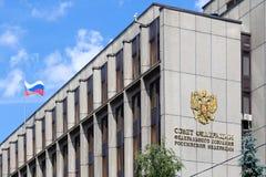 MOSKAU - 12. JULI 2018: Fassade der Staatsduma, Parlament bui Lizenzfreies Stockfoto
