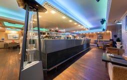 MOSKAU - JULI 2014: Innenraum des italienischen Restaurants der stilvollen Mittelmeerküche - lizenzfreie stockbilder