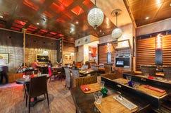 MOSKAU - JULI 2014: Innenraum eines Luxusrestaurants Lizenzfreie Stockfotos