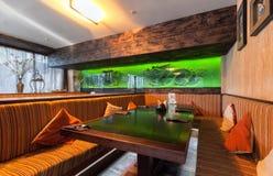 MOSKAU - JULI 2014: Innenraum ist ein stilvolles Kettenrestaurant der japanischen und italienischen Küche Stockfotografie